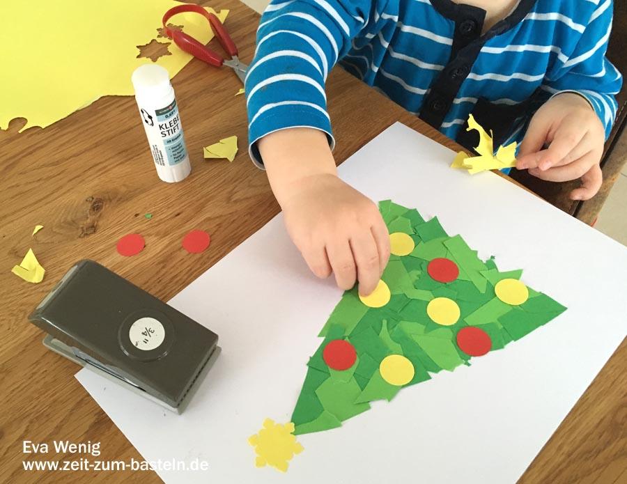 Erstes Basteln mit meinem zweijährigen Sohn, einfach nachzumachen - Weihnachtsbaum mit Kugeln - www.zeit-zum-basteln.de