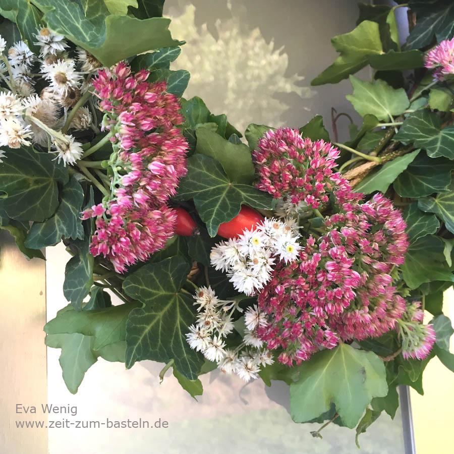 Herbstkranz aus Efeu, Perlkörbchen, Hagebutten und Fetthenne - www.zeit-zum-basteln.de