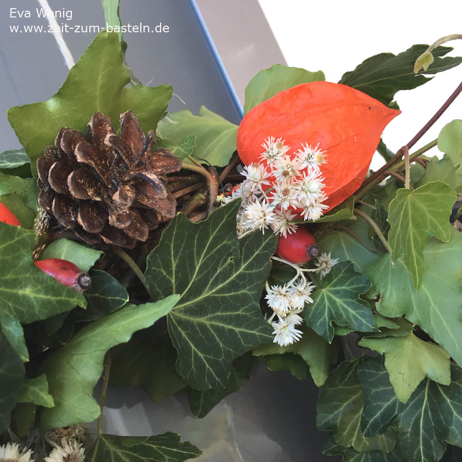 Herbstkranz aus Efeu, Perlkörbchen, Hagebutten, Lampions und Tannenzapfen - www.zeit-zum-basteln.de