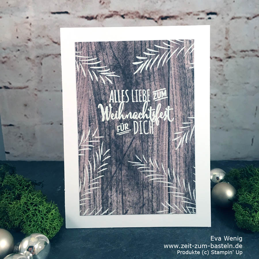 Weihnachtskarte mit weiß geembossten Tannezweigen auf Holzdekor-Papier - Ländlich, simpel - Stampin Up - www.zeit-zum-basteln.de